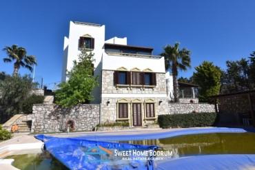 Yalıkavak'ta özel bir sitede satılık tripleks villa