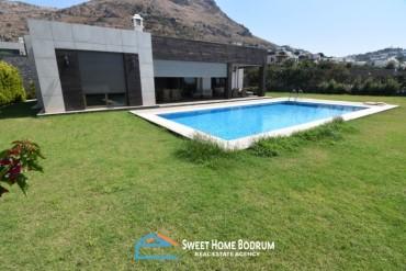 Bodrum Turgutreis'te satılık deniz manzaralı  havuzlu tek katlı villa