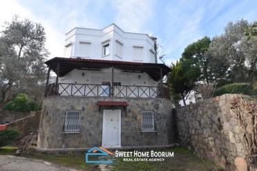 Göltürkbükü'nde site içinde satılık tripleks villa