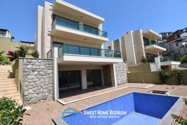 Denize yakın, site içinde özel havuzlu satılık tripleks villa
