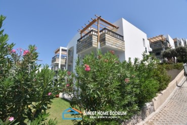 BODRUM YALIKAVAK, APARTMENT WITH SEA VIEW IN A SEAFRONT HOUSING COMPLEX